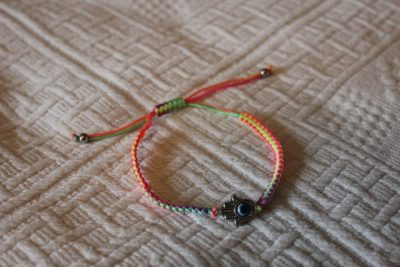 Textilarmband i olika unika utföranden handgjorda i Thailand