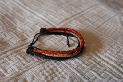 Flerfärgat läderarmband