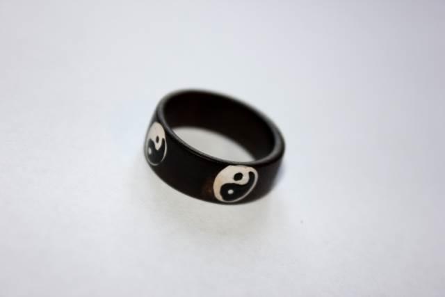 Yin Yang ring i snidat trä